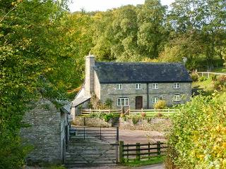 THE BIRCHES, woodburner, underfloor heating, character cottage near Hay-on-Wye,