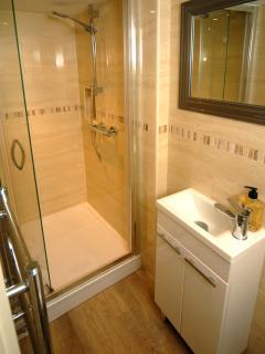 Ensuite off 1st floor bedroom (with shower)