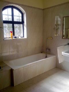 Main bathroom, bath