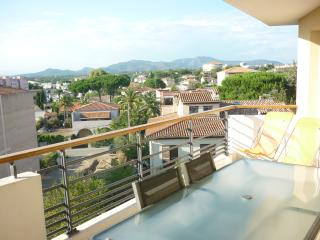 Bright apartment in St Raphael (French Riviera) with a balcony, great views and AC, Saint-Raphael