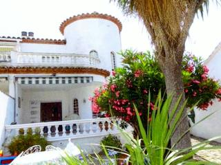 Spanish villa with mooring and swimming pool, Empuriabrava