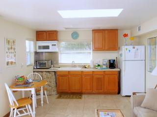 Beautiful beach cottage.150 Steps to the Beach!!!, New Smyrna Beach