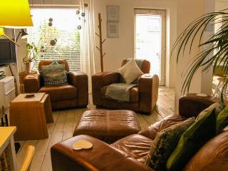 DRIFTWOOD, pet-friendly, with a woodburner and WiFi, in Rhosneigr, Ref 4196