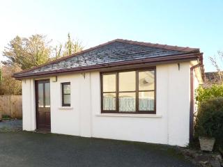 CLOVER COTTAGE, country holiday cottage, with a garden in Clarbeston Road, Ref 4202