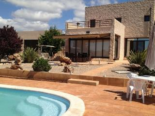 Modern and Comfortable 3 Bedroom House with Pool, Campos
