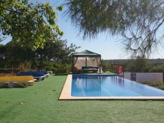 ALGARVE VILLA WITH POOL SLEEPS 10, Alcantarilha
