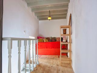 Second Single Bedroom with Traditional Platform, Bed Cotton Linen, Storage and Air Conditioning