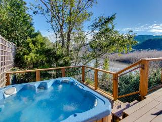 Rogue River frontage, private hot tub,  sleeps 13, Gold Beach