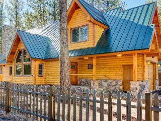 Spacious, dog-friendly lodge w/ private hot tub, loft, super close to ski!, South Lake Tahoe