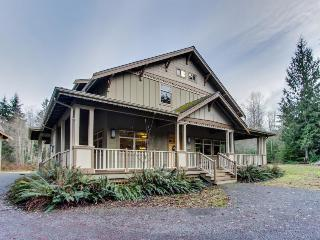 Flawless 16-person getaway on 5 forested acres w/hot tub!, Port Angeles