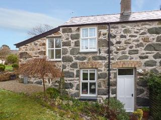 GARDEN COTTAGE, centrally located, WiFi, off road parking, garden, in Criccieth, Ref 920499