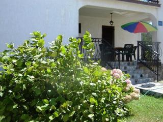 Apartment with garden and bbq, Malinska