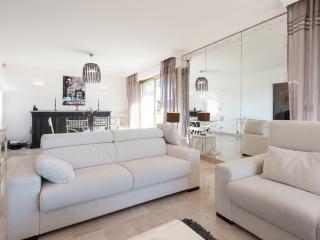 Classy 100sqm flat - 35sqm terrace, aircon & pool, Juan-les-Pins