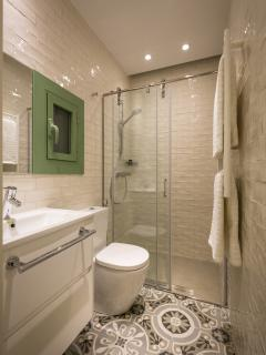 The bathroom is elegant, complete and well equipped.