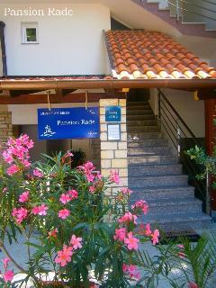 Pansion Rade, entrance