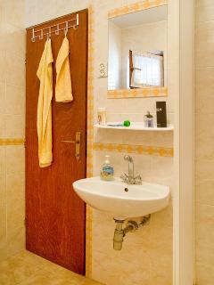 A(4+2): bathroom with toilet