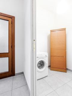 Il ripostiglio con la lavatrice