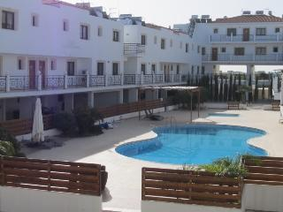 2 bedroom flat with pool & tennis court, Tersefanou