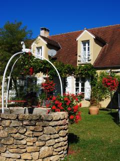 Le charme de notre maison quercynoise fleurie et de son vieux puits.
