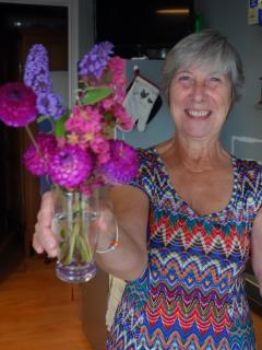 La maîtresse de maison vous offre les fleurs de son jardin!