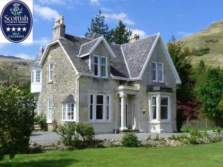 Rhumhor Holiday Lodge: Lochside house with lochside lawn in National Park