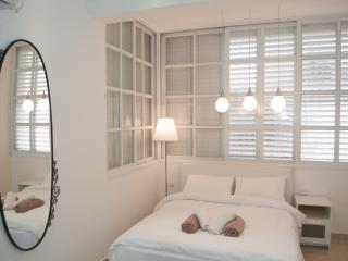 Cozy & Renovated just 400m from the Beach, Bat Yam