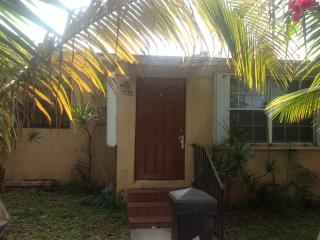 Small furnished efficiency 3 miles sunny isles bea, North Miami Beach