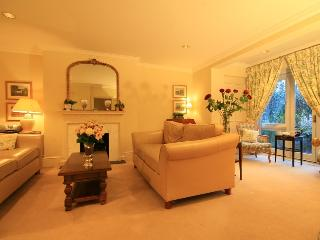 Kensington High Quality 2 Bedroom Apartment, Londra