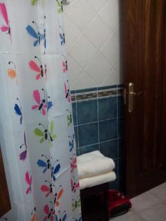 Detalle toallas en baño