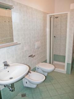 bagno con box doccia (disponibile anche con tenda)