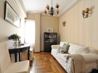 Stay in our cozy Plaka flat & walk to everywhere!, Atenas