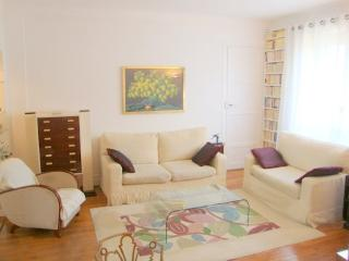 2 bedrooms, comfortable and luxury Champs Elysees