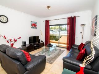 Ground Floor 2 Bed Apt, quiet location, but short walk to town centre & beaches