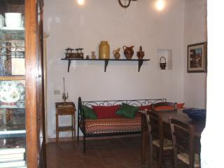 soggiorno con divano-letto singolo in ferro battuto