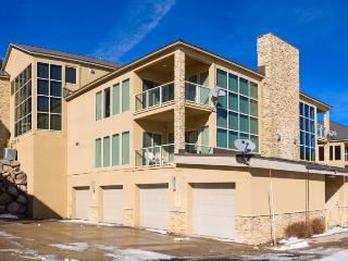 Champagne & Ice 2 bedroom / 2 bath plus loft and Jacuzzi - walking distance to G