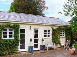 BIRCH LODGE, wet room, Sky TV, WiFi, pet-friendly cottage near Charlton Marshall, Ref. 914859