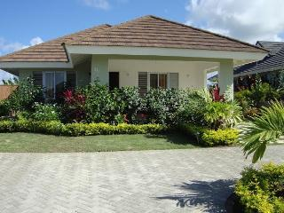 Kreations Cozy Villa- Pool, Gym, Beach, A/C & Wifi, St. Ann's Bay