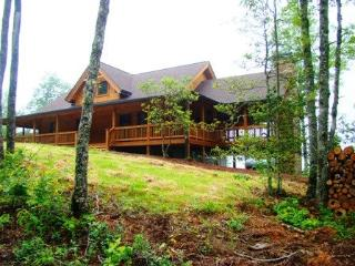 Owls Roost Cabin – Take In the Amazing View from the Inviting Screened Porch with Fireplace – Stylishly Furnished and Convenient to Hiking, Train, and Casino, Bryson City