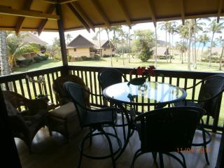 Corner lanai with plenty of seating options