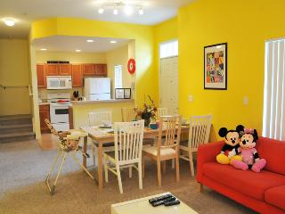 ⭐LOVELY, COZY TOWNHOME⭐BABY-Friendly/ Hot Tub/ Game Room/ Wii/ 10 min to Disney!