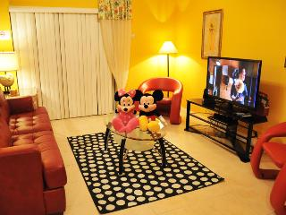 6 Miles to Disney - 4 Bed Townhome with Hot Tub, Kissimmee