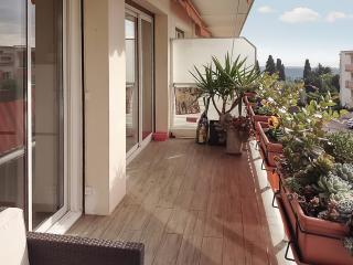 """Le Matisse"" - sleek apartment in Vence on the French Riviera, with terrace, WiFi and glimpse of the sea"