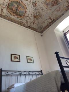 camera da letto affrescata a grottesca Abbazia dei Sette Frati - Agriturismo Fratres