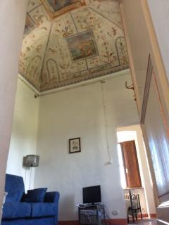 salotto con divano letto matrimoniale affrescato a grottesca Abbazia dei Sette Frati - Agriturismo F