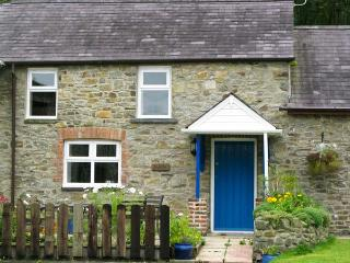 THE HOBBLE, pet-friendly, country holiday cottage, with a garden in Llandysul, R
