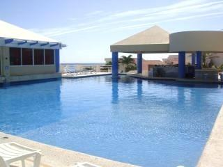 Deep pool with swimup bar