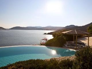Stunning Stone Villa Aegean Oasis with Fantastic Sea Views, Pool & Beach Access, Kalafatis