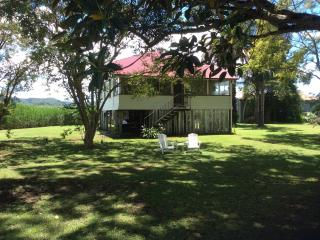 Gangajang-Oasis on beautiful Tweed River. River & mountain views, Wi Fi, Foxtel