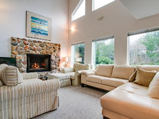 Relaxing home around corner from Siletz Bay! Includes jetted tub & lots of space, Lincoln City