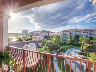 Penthouse 3-bed, 2-bath condo with stunning view of clubhouse and Lake Cay.